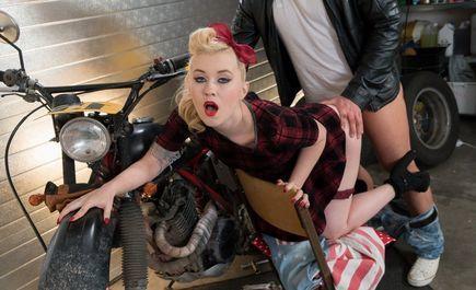 Бородатый байкер шпилит классную блондинку на мотоцикле