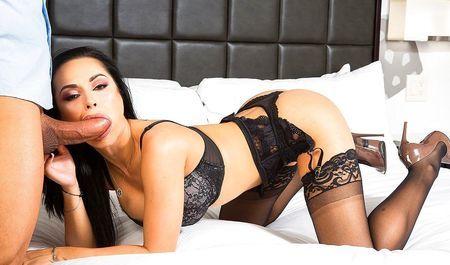 Грудастая красотка надевает чёрное белье и совокупляется в номере отел