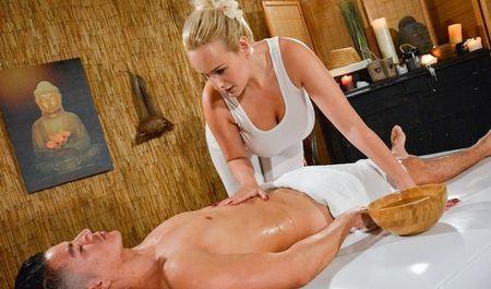 Грудастая массажистка оказывает любимому клиенту особенные услуги
