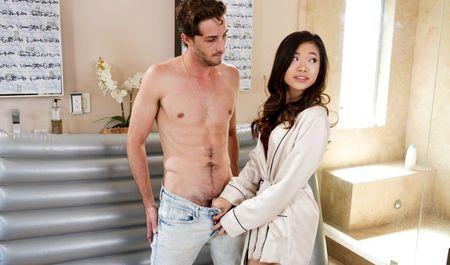 Массаж телом и страстный секс клиента и азиатской массажистки