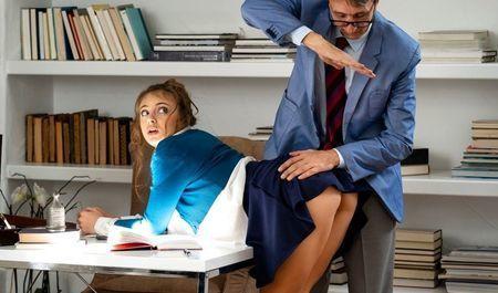 Престарелый начальник накончал в тугой анал молоденькой секретарши