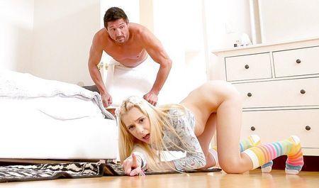 Юная няшка в ярких гольфах сношается с отчимом в своей спальне