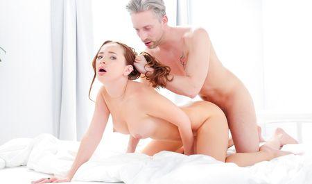 Седой мужик спалил брюнетку на мастурбации и угостил членом