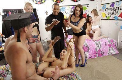 Трио разгорячённых девиц устроили тотальный разврат на вечеринке