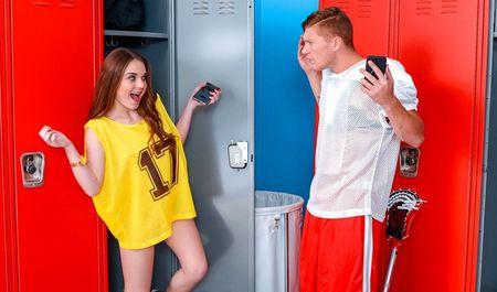 Сексапильная студентка потрахалась в киску с футболистом в раздевалке