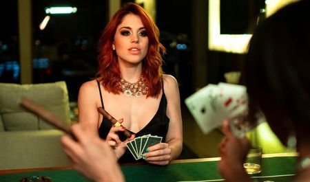 Знойные подружки после покера на раздевание занялись лесбийским сексом