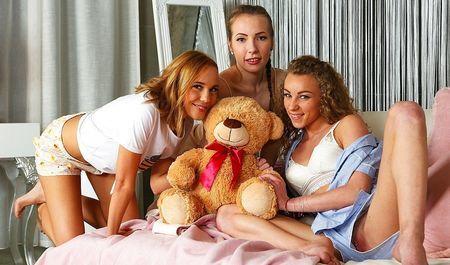 Три молоденькие подружки занялись лесбийским сексом во время грозы