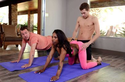 Тёмная девчонка познаёт секс йогу с двойным проникновением