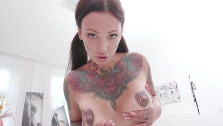 Татуированная шлюшка получает оргазмы от двойного проникновения