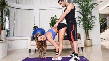 Грудастая бабёнка шпилится с молодым фитнес-тренером