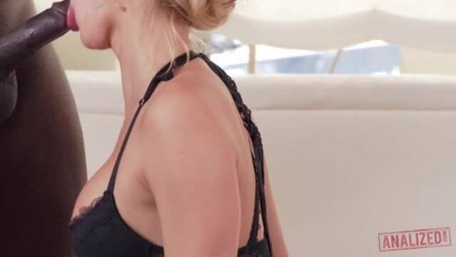 Черный ловелас растрахивает нежную попку сексапильной блонды