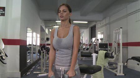 Знойная чика с большими сиськами шпилится в пустом фитнес клубе