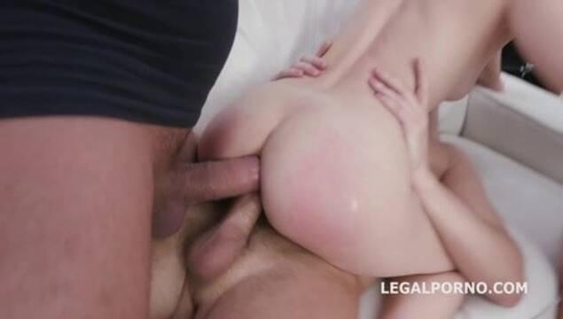 Худенькой нимфе засаживают в тугую попку по два больших пениса