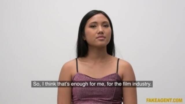 Молодая азиатка на кастинге глотает сперму после траха с пошлым агенто