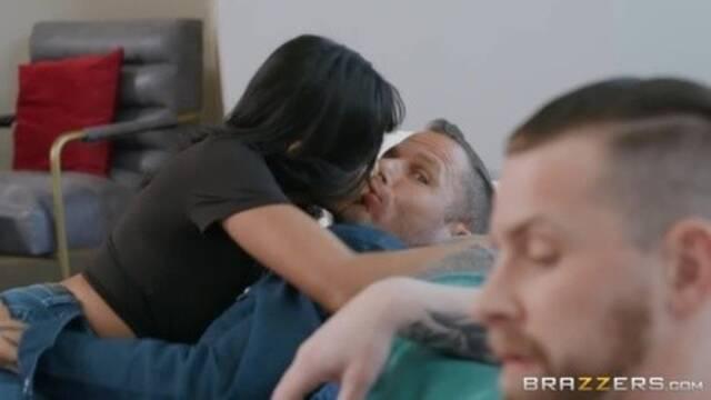 Знойная азиатка ебется с любовником возле равнодушного мужа