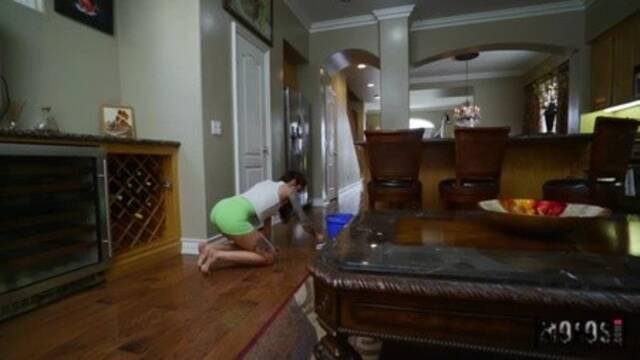 Сексуальная домохозяйка дрочит парню ногами и скачет на большом члене
