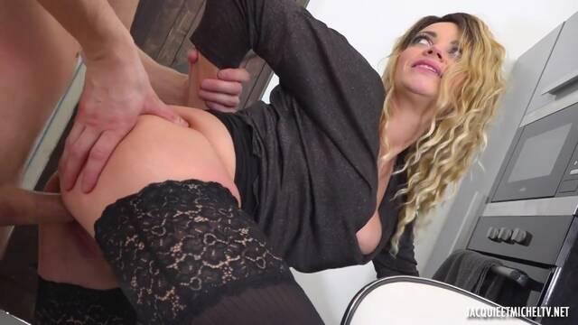 Пикапер трахает блондинку на столе после отсоса на улице