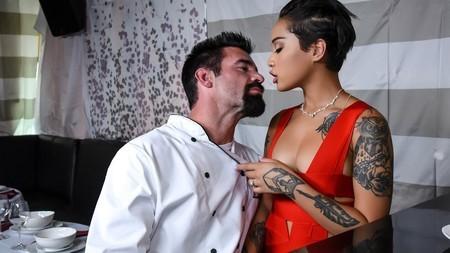 Жена владельца ресторана шпилится с бородатым шеф-поваром