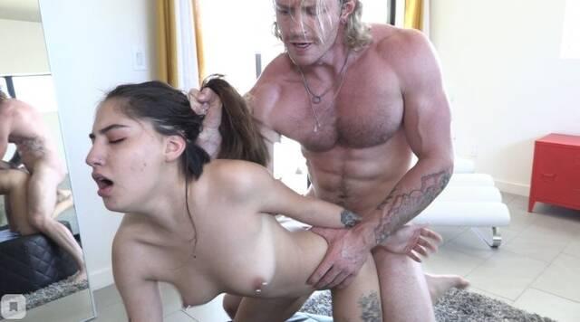 Мускулистый чувак глубоко вгоняет стояк в киску молодой подруги с пирс