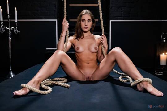 Худая девушка вылезла из клетки и пристроила очко на большой стояк