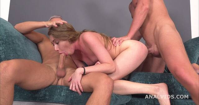 Три члена жарят стройную подружку с маленькой грудью и кончают ей на я