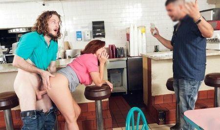 Посетитель расплачивается с официанткой своим пенисом