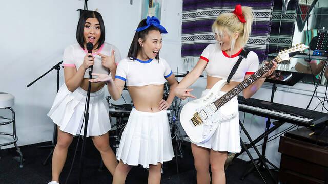 Продюсер трахает трех рок-исполнительниц в групповухе