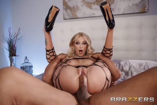 Блондинка похвасталась нижним бельем и нарвалась на секс