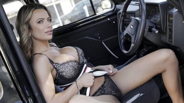 Скромный пассажир не ожидал, что таксистка предложит ему секс