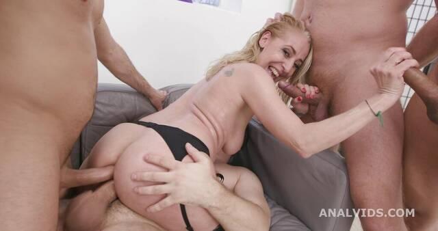 Блондинке довелось попробовать двойной анал во время ганг банга