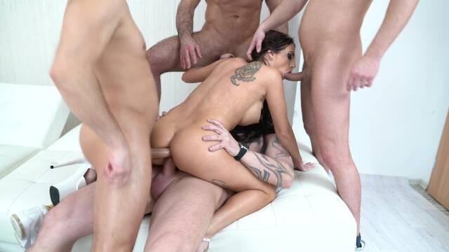 Брюнетка снялась в групповом порно, где ее трахнули во все дырки толпо