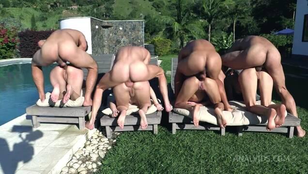 Шикарные телки приехали в загородный дом для анальной оргии