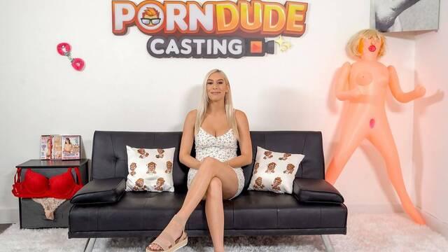 Развод сильно повлиял на блондинку и теперь она снимается в порно