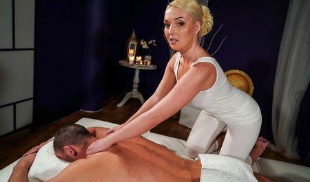 Сладкая массажистка порадовала клиента дополнительными опциями