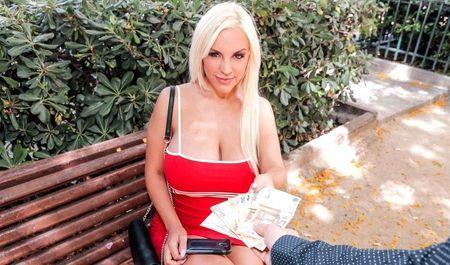 Пачка денег замотивировала сочную блондинку отдаться юнцу