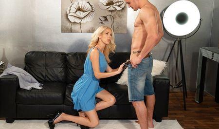 Блондинка вызывает стриптизёра и трахается с ним на диване