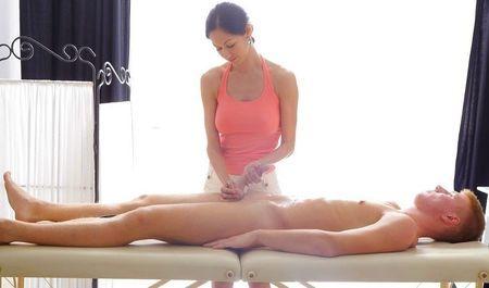 Натуральная массажистка помогает клиенту снять напряжение
