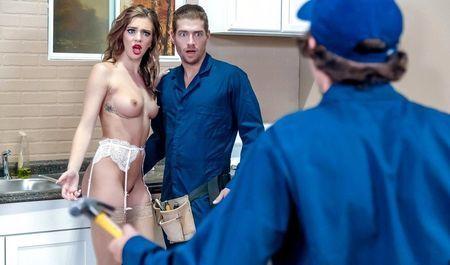 Ремонтнику выпала честь трахнуть актрису вместе с её партнёром