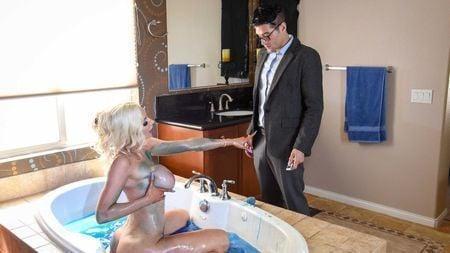 Сисястая и попастая милфа соблазнила журналиста в ванной