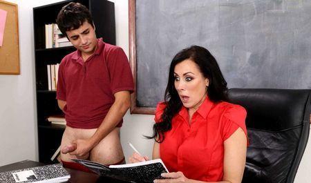 Юный парень познаёт вкус зрелой киски учительницы прямо в классе