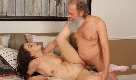 Старый учитель принимает экзамен по сексу у молодой дурочки