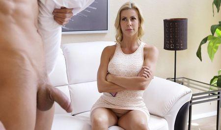Шаловливая мачеха помогает пасынку избавиться от бессонницы