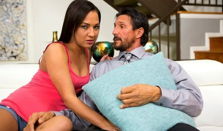 Девка учиться делать минет на члене приёмного отца