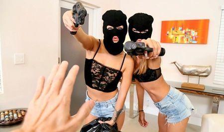 Девушки взяли в плен мужика и заставили его трахать их